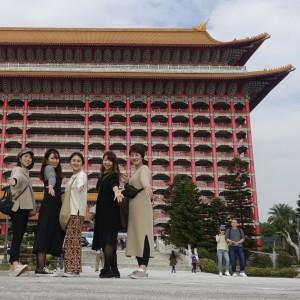 グランドホテル台北の前で写真撮影