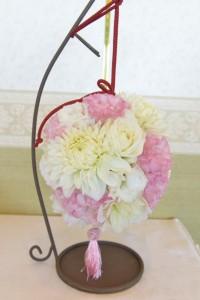 お花の種類や色によってイメージが変わるボールブーケ