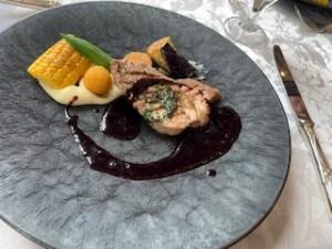 豚肩ロース肉のエストラゴンバター夏野菜とブルーベリーのソース