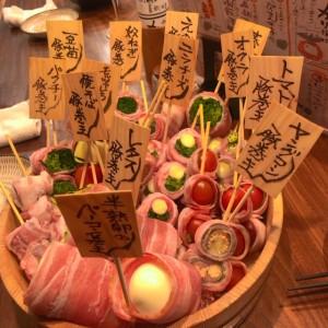 野菜串巻きがたくさん入った桶の中から食べたい食材をチョイス!裏なんばなるとや