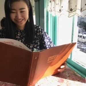 北浜レトロで紅茶のメニューを見る甲佐妹