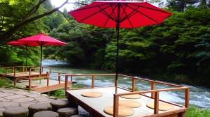 涼と自然を感じながら川床で贅沢なお食事を♪