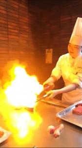 鉄板焼きのフランベは迫力満点