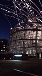 ライトアップされた国立国際美術館